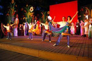 Original_Bildunterschrift: Eutiner Festspiele 2005: Die Fledermaus. Ballettszene beim Gartenfest des Prinzen Orlofsky.