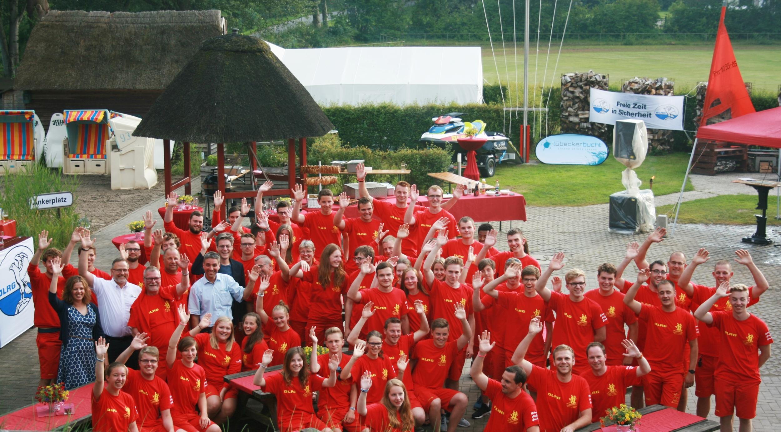 In diesem Jahr wird die rote Einsatzkleidung der DLRG von der Tourismus- Agentur Lübecker Bucht finanziert.