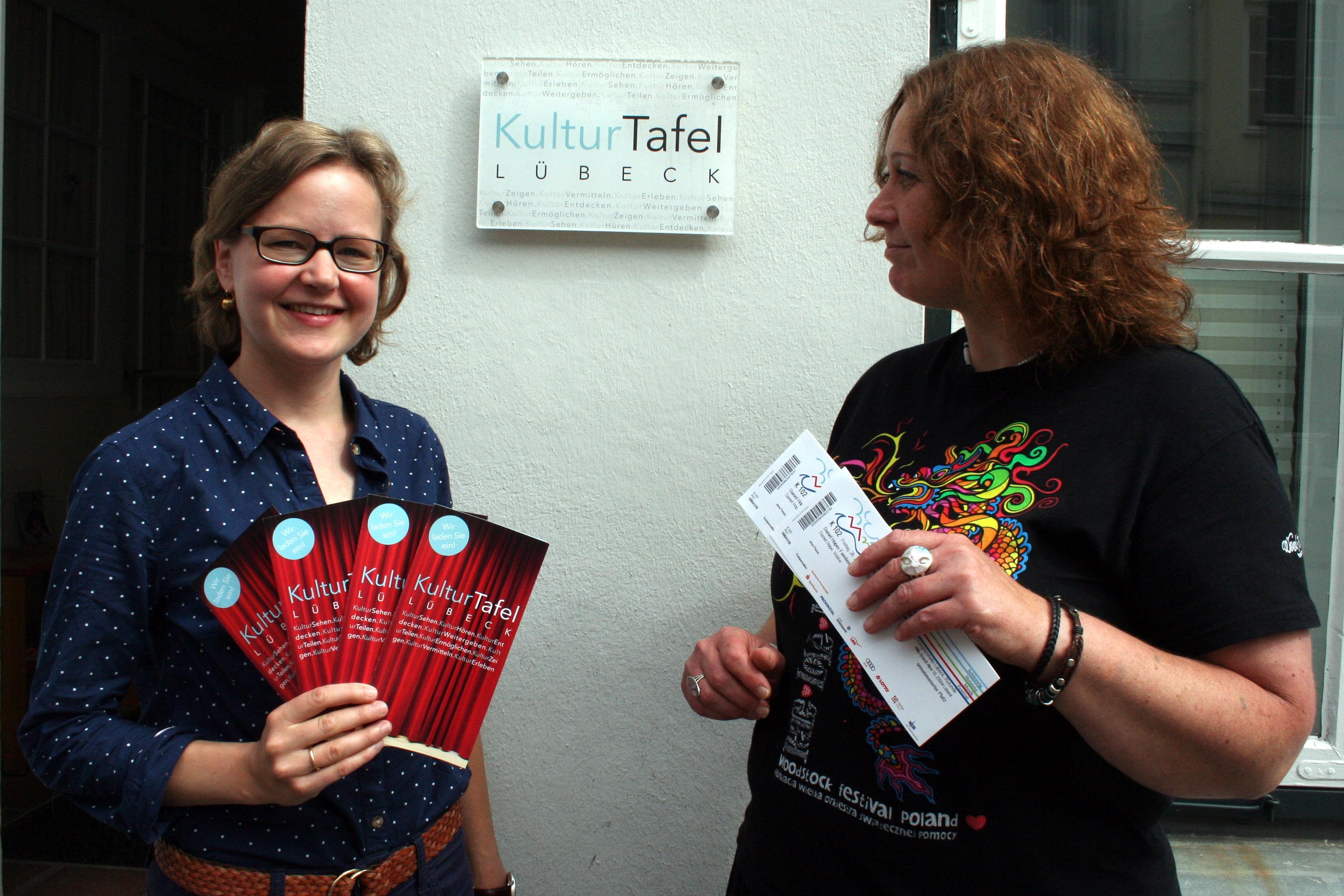 Kristine Goddemeyer (l.) und Nicole Großmann vor dem Büro der Kulturtafel in der Wahmstraße. Foto: mpa