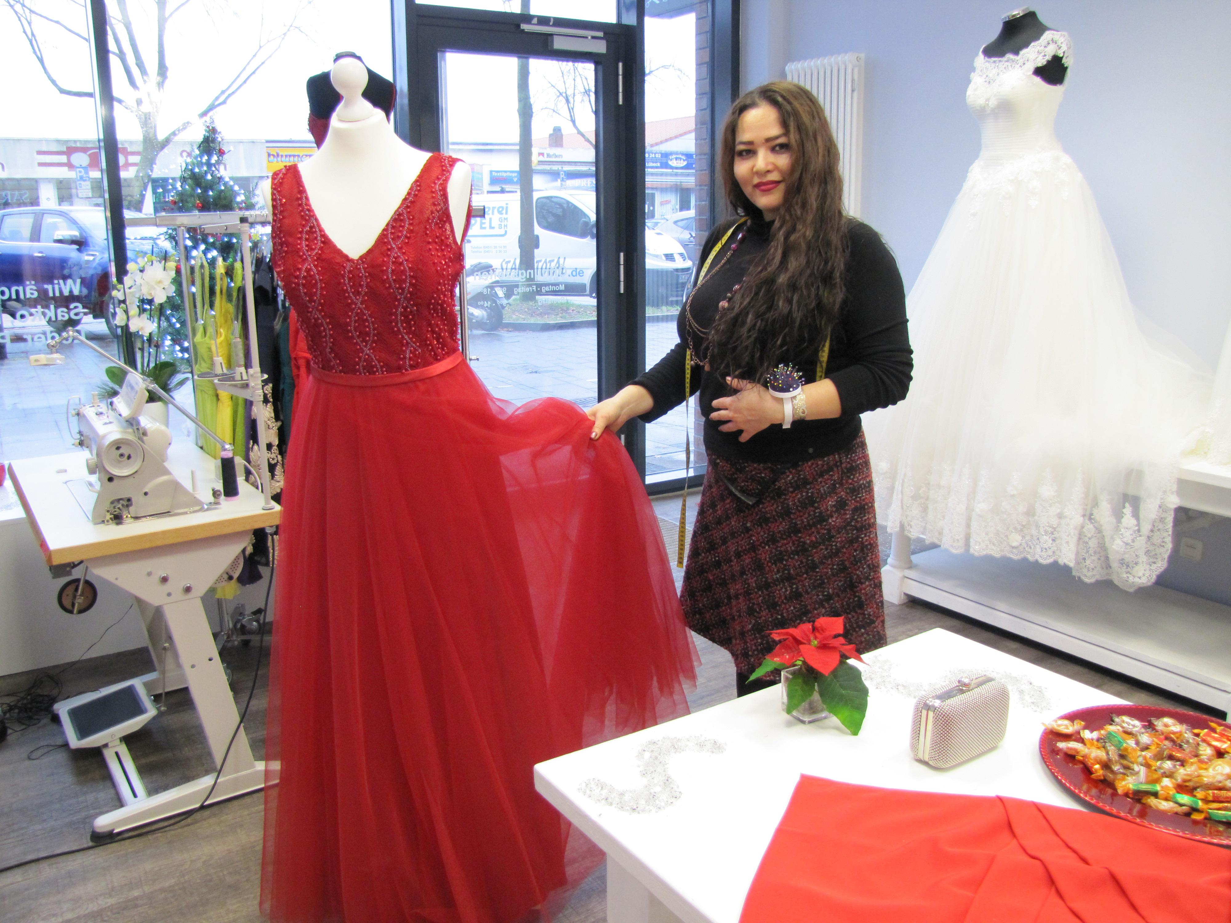 Sara Valizada-Nishat entwirft und schneidert nach Maß, genau nach den Wünschen der Kunden, das perfekte Kleid.