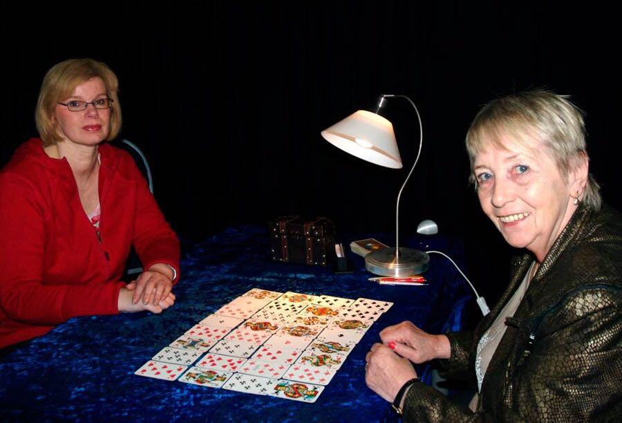 """Wahrsagerin """"Madame Dubina"""" kommt vom 18. bis 25. Januar ins Haerder-Center in Lübeck und legt Interessierten die Karten."""