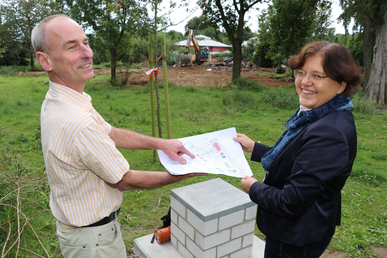 Im Hintergrund laufen die Vorbereitungen für die neuen Katzenhäuser, im Vordergrund stehen Architekt Jens KJlaenhammer und Ellen Kloth, Vorsitzende des Tierschutzvereins Lübeck, mit dem Plan für das neue Katzendorf.