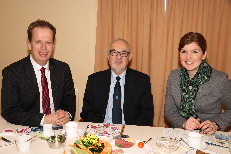 Christian Fischer (CDU) und Julia Samtleben (SPD) mit Seniorenbeiratsvorsitzendem Siefgried Müller.