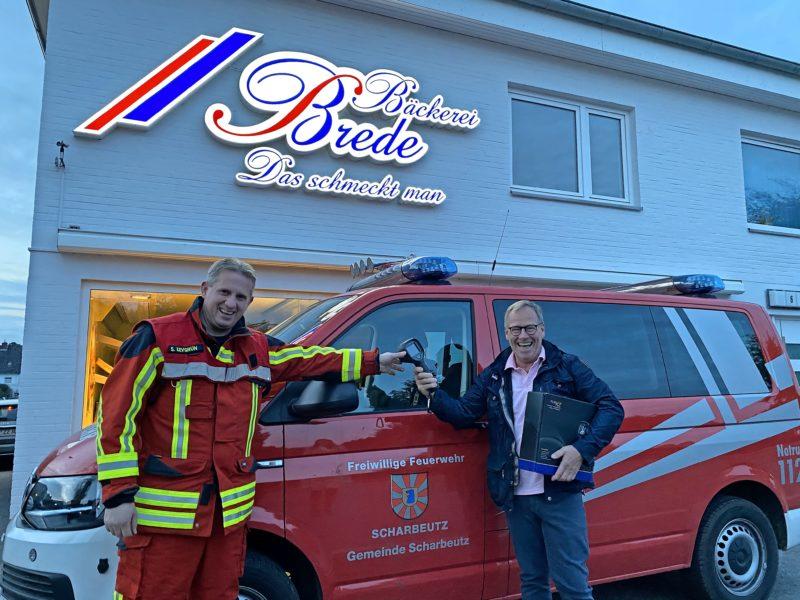 Eine Spende, die Leben rettet: Die Bäckerei Brede spendet der Feuerwehr Scharbeutz eine neue Wärmebildkamera als Hilfe zur Brandbekämpfung.