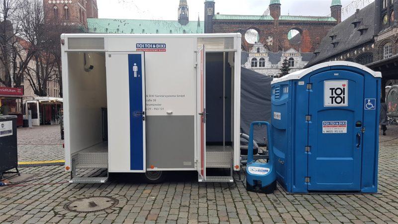 Die Entsorgungsbetriebe Lübeck haben einen WC-Anhänger und eine Rollstuhl-Dixi-Toilette auf dem Markt aufgestellt.