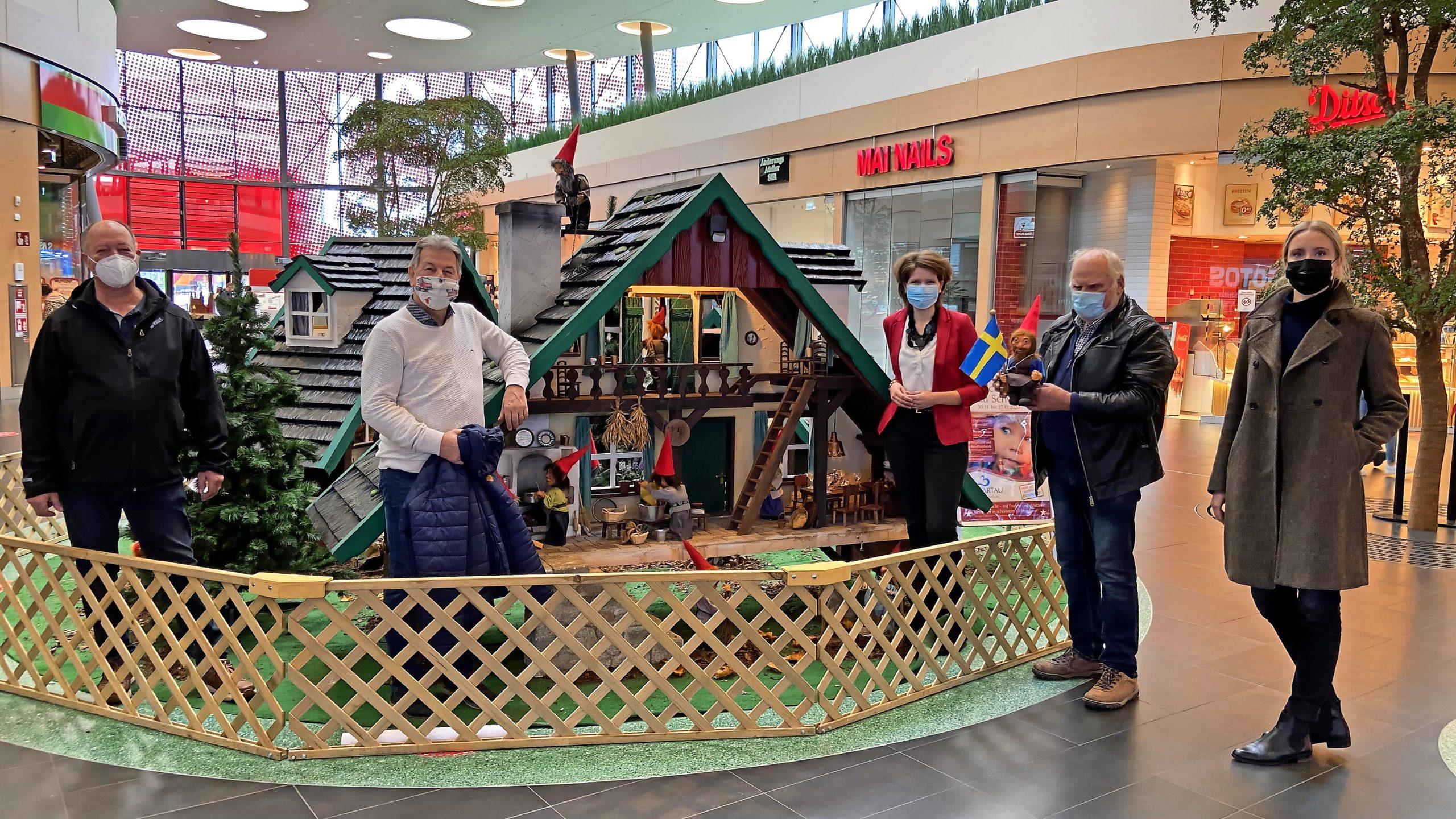 Da sind sie wieder, die fleißigen Zwerge: Bis Weihnachten werden die Häuser der Zwerge in der Mall vor dem Edeka-Markt bleiben.