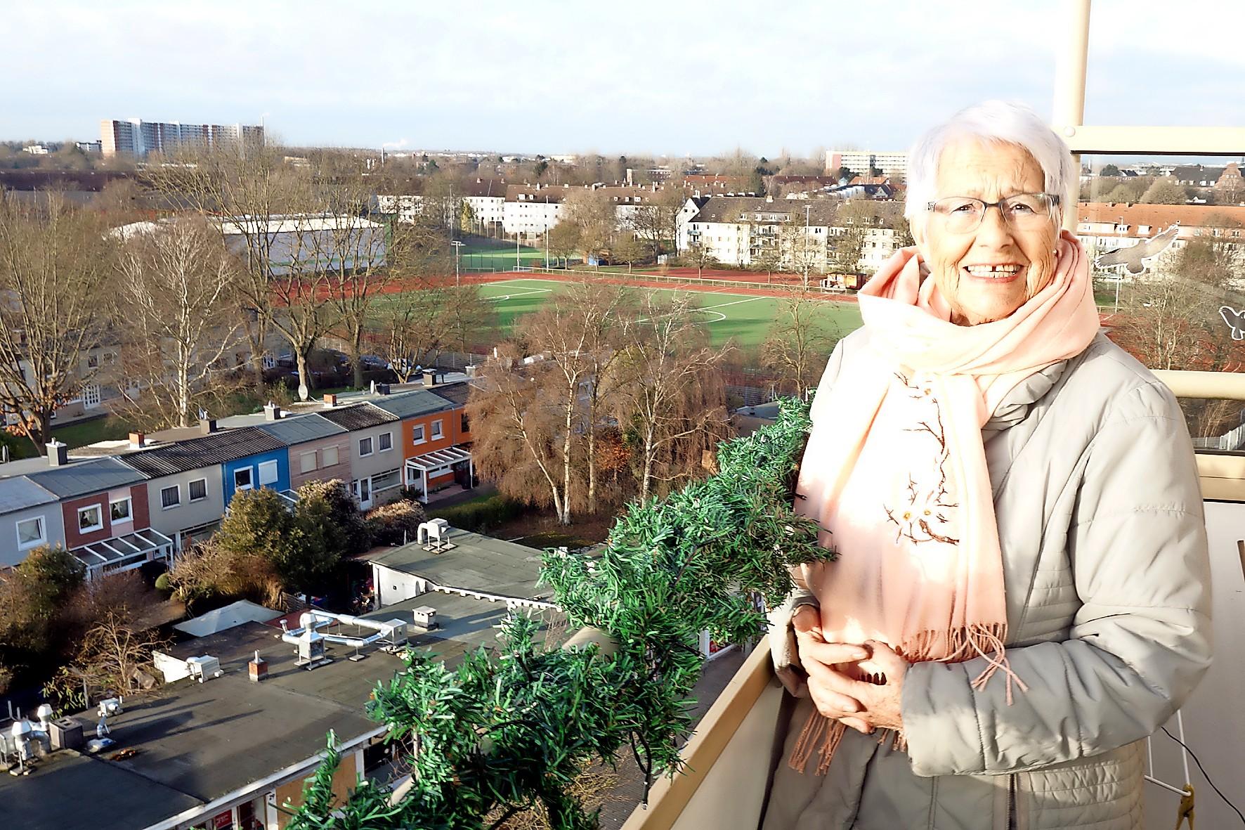 Evelin Hojenski wohnt seit 60 Jahren im oberen Stockwerk des Hochhauses im Hansering. Der Hauswirt brachte Blumenstrauß und Marzipan.