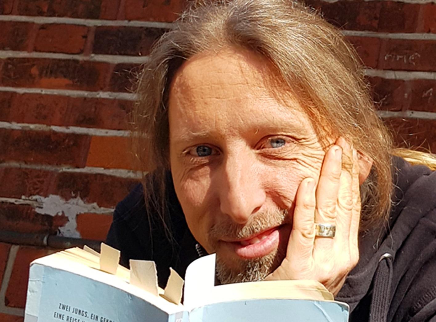 """Der Schauspieler und """"Berufsvorleser"""" Rainer Rudloff liest exklusiv für die Kulturtafel das Buch """"Momo"""" von Michael Ende online vor."""
