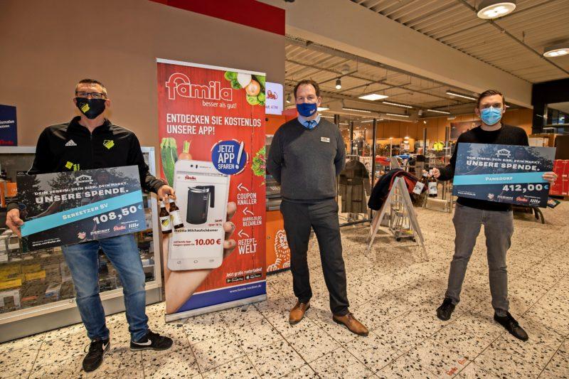 Famila-Warenhausleiter Stefan Bettin überreichte einen symbolischen Scheck an Marco Harm (Sereetzer SV) und Tim Schlichting (TSV Pansdorf).