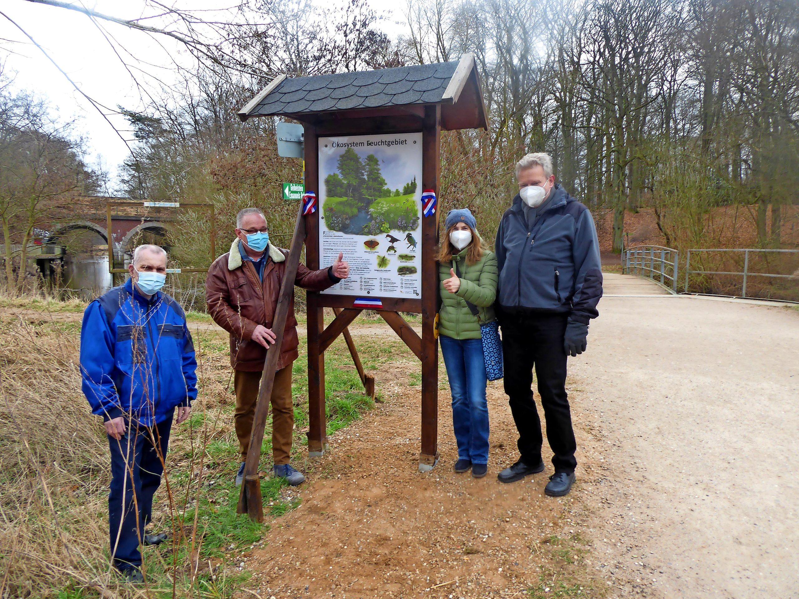 """Die neue Informationstafel am Naturerlebnisweg Bad Schwartau informiert über das Ökosystem """"Feuchtgebiet"""" mit seinen Tier- und Pflanzenarten."""