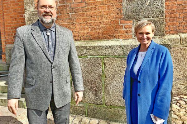 Besuch aus Hamburg: Bischöfin Kirsten Fehrs hat die Telefonseelsorge Lübeck besucht und sich über die Arbeit der Ehrenamtler informiert.
