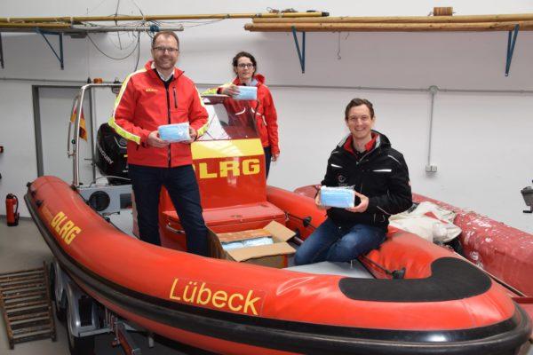 Um die Sicherheit bei Einsätzen unterstützen zu können, spendet die Firma VisiConsult 2000 Einwegmasken an die DLRG Lübeck e.V.