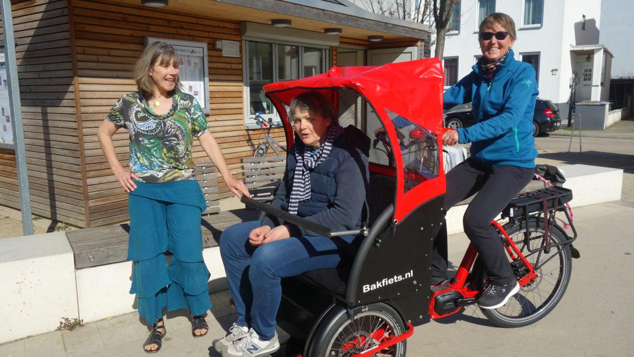 Das AWO-Quartiersprojekt Brolingplatz lädt Senioren zur Fahrt in der Fahradrrikscha durch St. Lorenz Nord in den Frühling ein.