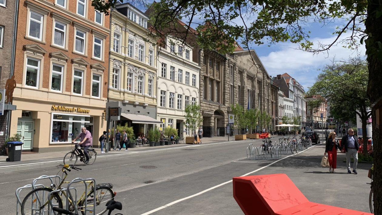 Im Mai 2020 startete der Verkehrsversuch in der Beckergrube Lübeck. Zur Auswertung des Versuchs findet nun eine Umfrage statt.