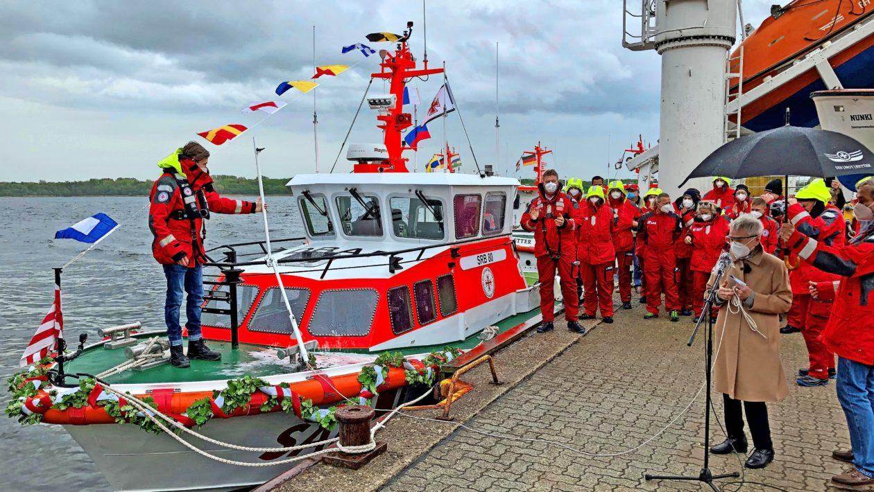 """Das neue Seenotrettungsboot der DGzRS hat bei der Bootstaufe auf dem Priwall den Namen """"Erich Koschubs"""" erhalten."""