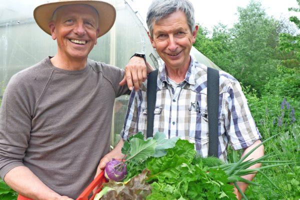 Gärtnermeister Michael Bahlrühs und Landschaftsgärtner Andreas Herrmann haben im Obst-Biotop am Krummesser Baum erste Gemüsebeete angelegt.
