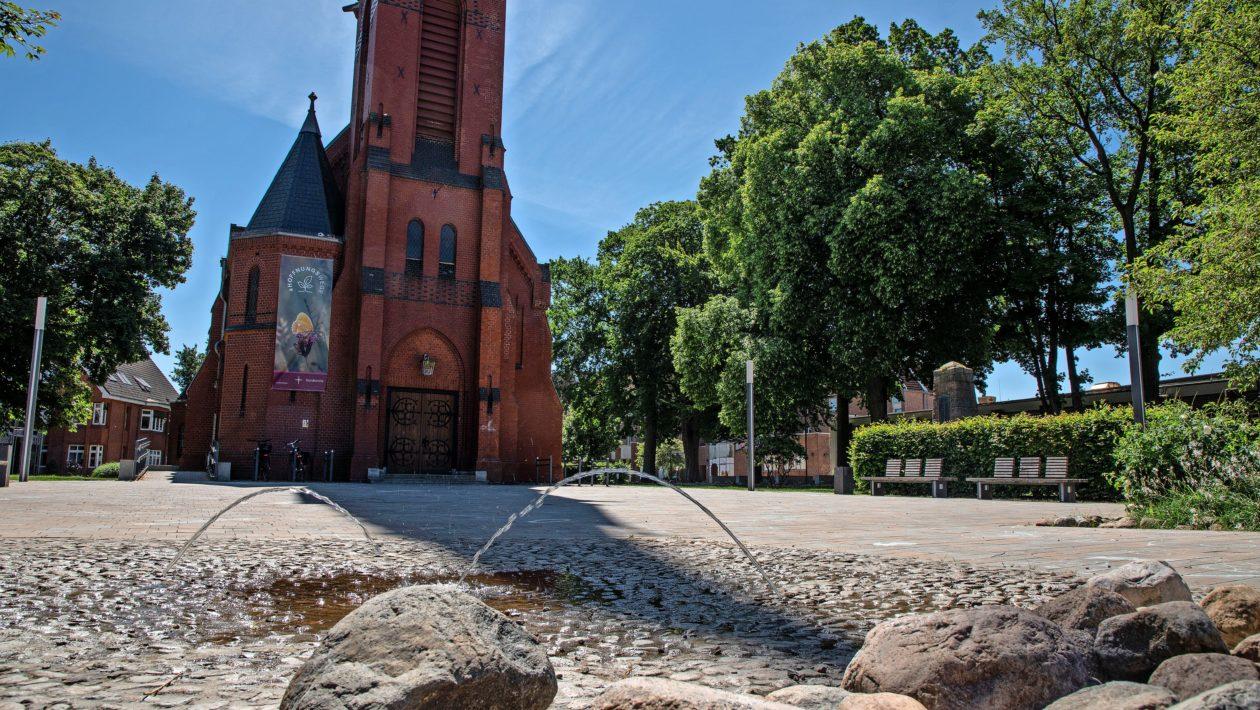 Die Kirchengemeinde hat aufgrund Vorfälle mit Jugendlichen auf dem Kirchenvorplatz die Gemeinde gebeten, die Würde der Kirche zu schützen