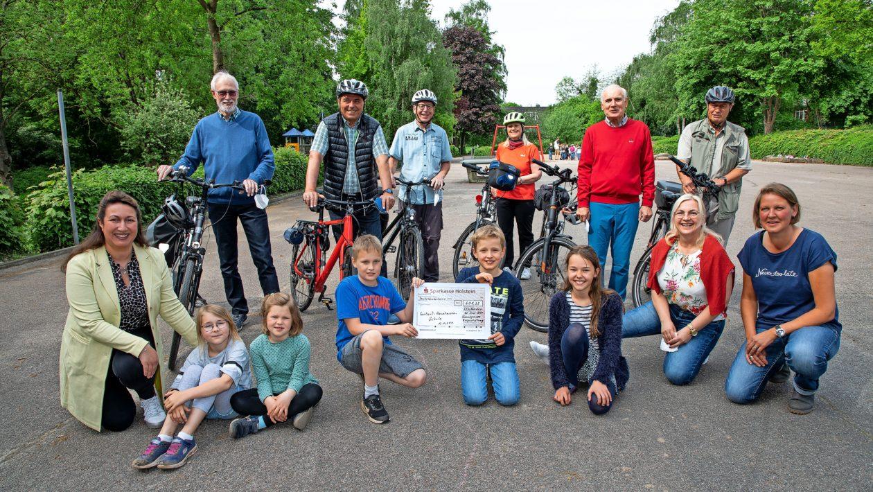 Die Fahrradgruppe der Bürgerstiftung Stockelsdorf hat für jeden gefahrenen Kilometer fünf Cent für eine der Stockelsdorfer Schulen gespendet.