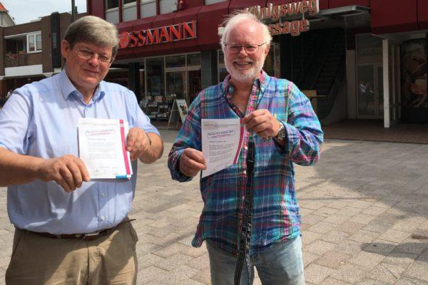 Foto: Henning Beck (li.) und Dr. Hinrich Becker vor dem neuen Veranstaltungsort für die Vortrage der Universitäts-Gesellschaft in Bad Schwartau. Foto: ES