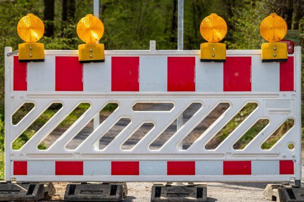 Es kommt zu Verkehrsbehinderungen durch den Brückenneubau in Timmendorfer Strand. Die Arbeiten laufen seit April 2021