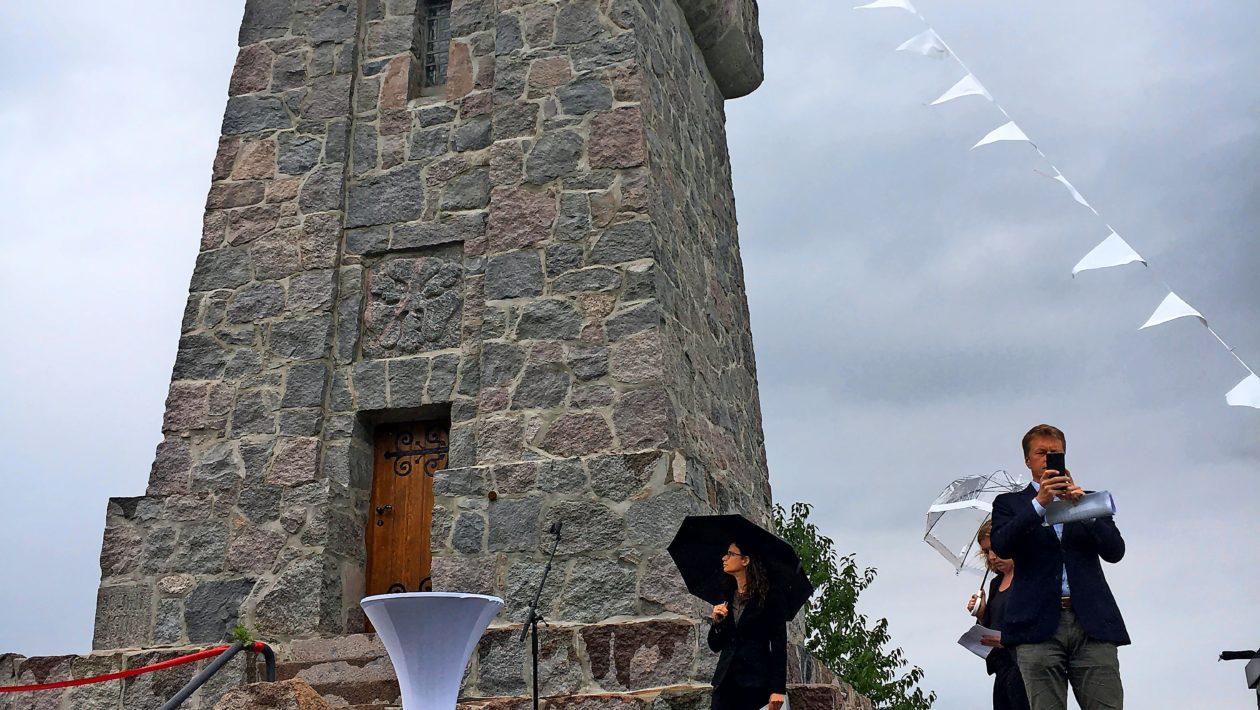 Drei Jahre lang war der Aussichtspunkt in Bad Schwartau gesperrt. Mit einem Fest wurde der Abschluss der Sanierung gefeiert