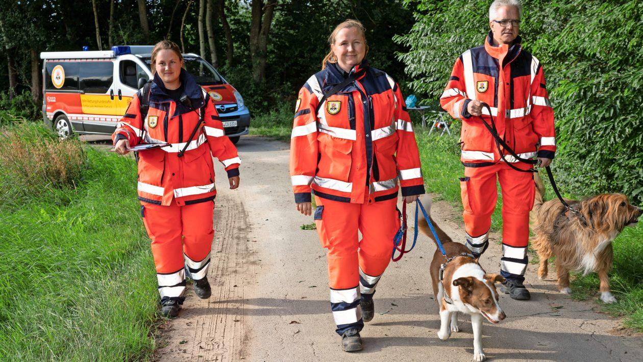 An fünf Stationen stellten Hundeführer und ihre vierbeinigen Begleiter der BRH Rettungshundestaffel Schleswig-Holstein ihr Können unter Beweis.