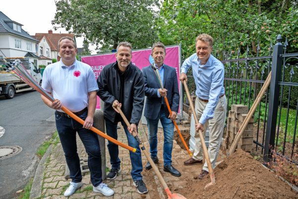 Es geht los: Die Telekom hat den Glasfaserausbau in Bad Schwartau mit einem offiziellen Spatenstich gestartet.