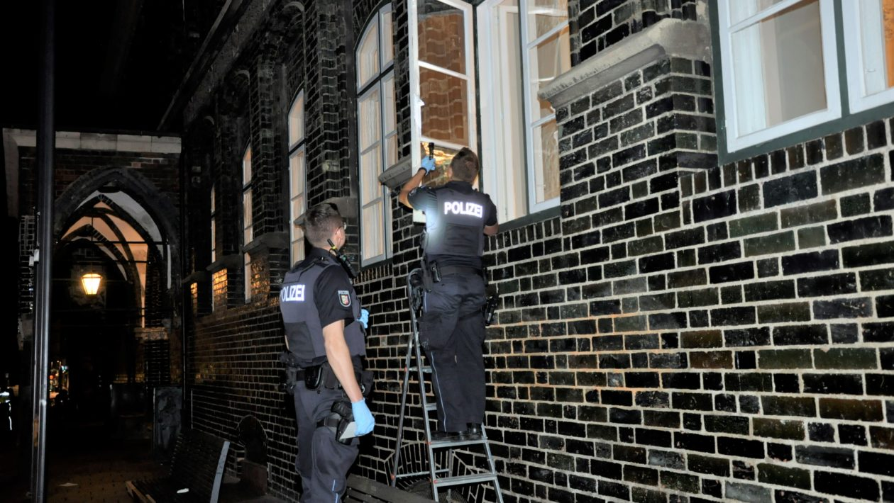 Ein 38-jähriger Lübecker hat einen Einbruch in das Rathaus zu Lübeck verübt. Nach einer Verfolgungsjagd konnte die Polizei den Mann stellen.