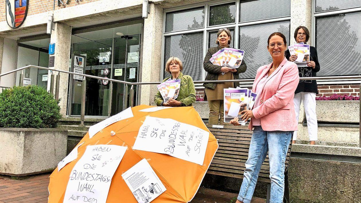 Vertreterinnen des Frauenforums Bad Schwartau, die Leiterin der Bücherei und die Gleichstellungsbeauftragte Tanja Gorodiski setzen sich dafür ein, dass das Wahlrecht genutzt wird.