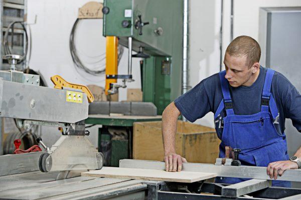 Das Tischlerhandwerk verbindet traditionelle Werkzeuge und Techniken mit hochmodernen Geräten und Technologien.