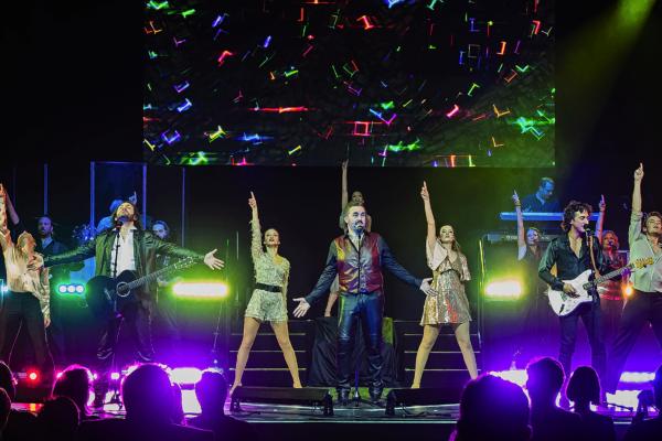 """""""Massachusetts - Bee Gees Musical"""" lässt sein Publikum an den wichtigsten Stationen dieser Ausnahme-Band teilhaben. Wir verlosen Karten für das Event."""
