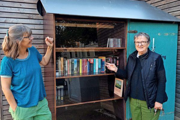 Die Initiative Brolingplatz Lübeck und das Awo-Quartiersprojekt freuen sich über den neuen Bücherschrank, auf den sie lange gewartet haben.
