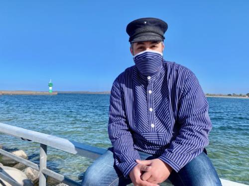Ali Alam mit einer maritimen Ausstattung.