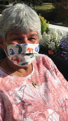 """Diese Maske hat Birthe Limberg von eine lieben Kollegin geschenkt bekommen. Die darauf abgebildeten """"Viren"""" sollen die """"Coronaviren"""" abschrecken."""