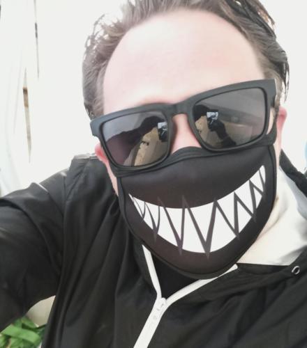 David Warnecke hat seine Maske aus einem bedruckten Neopren hergestellt.