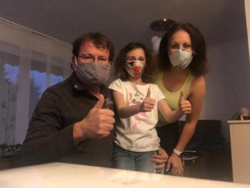 Auch Familie Deppe ist gut mit selbst genähten Masken ausgestattet.