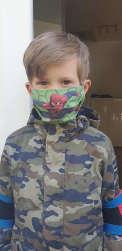 Felix hat diese coole Spiderman-Maske von Oma Vera Giesenberg genäht bekommen.