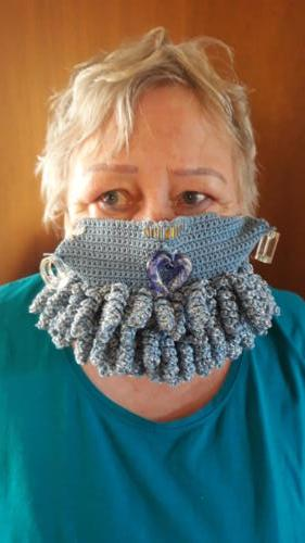 Eine gehäkelte, waschbare und mit drei Lagn Flies bestückte Maske zeigt Gabriele Stoof.