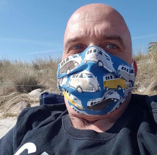 Jörns beste Freundin hat die Maske für ihn genäht.