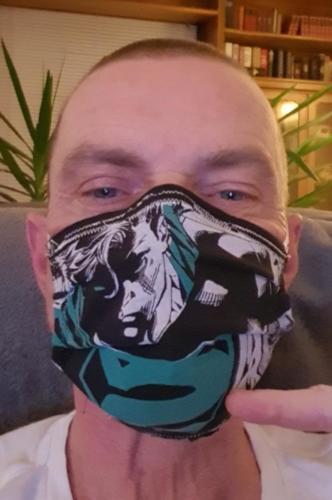 Ralf hat seine Maske aus einem T-Shirt selbst gemacht.