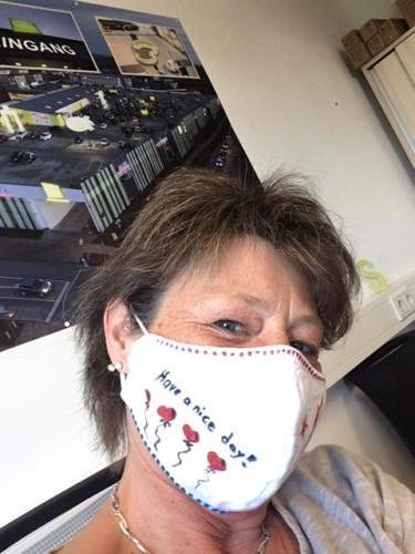 Sabine Möller und ihre Maske verbreiten gute Laune.