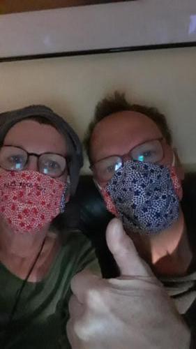 Diese schönen Partnerlook-Masken hat eine gute Freundin für Tina und Eberhard Raith  genäht.