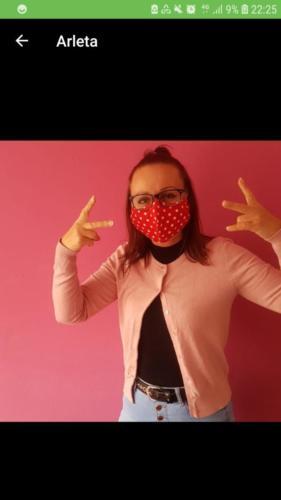 Arleta hat ihre Maske von ihrer Freundin Birgit aus Stockelsdorf bekommen.