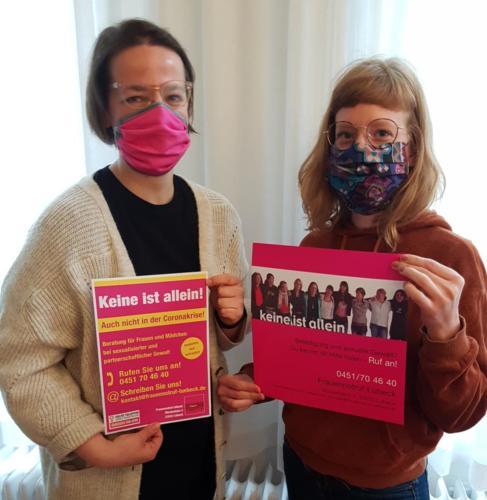 Ehrenamtler haben die Mitarbeiterinnen des Frauennotrufs Lübeck mit Masken ausgestattet.