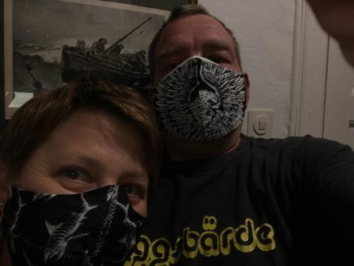 Stylische maritime Masken haben Dana Loch und Thomas Engelbrechter aus Malente genäht.